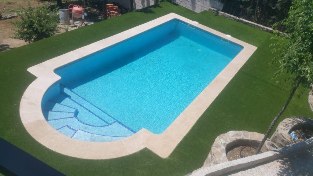 Piscinas de obra con césped artificial en Madrid